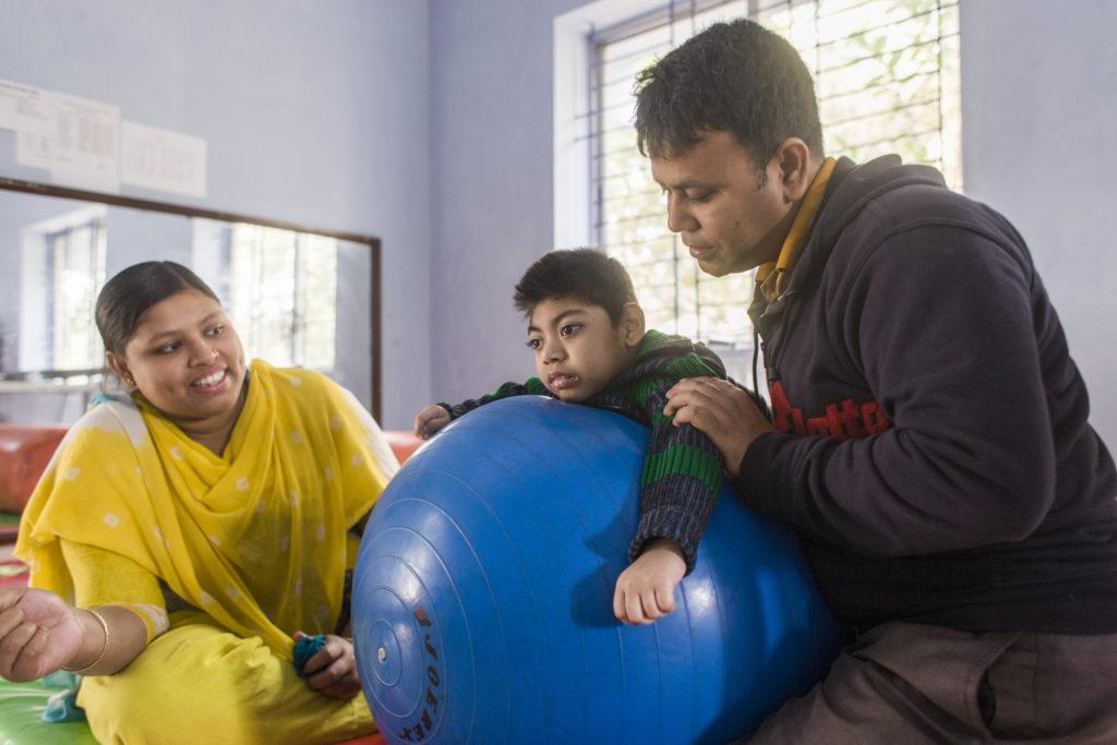 Fysiotherapeut met moeder en kind